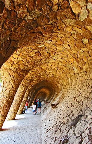 Curva pasillo arcos piedras Parque Güell Barcelona
