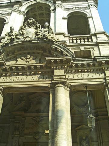 Columnas friso decoración entrada monumental Turín