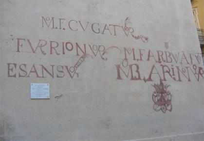 Letras romanas religiosas pared Concatedral San Nicolás Alicante