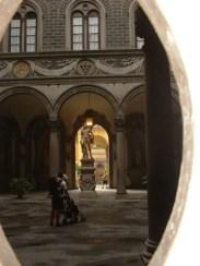 Patio interior escultura palazio Florencia noche