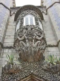 Escultura guardián rodillas entrada Palacio da Pena Sintra
