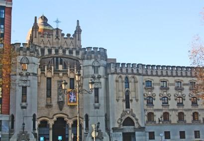 Fachada edificio torre medieval Plaza España Madrid