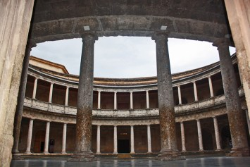 Espectacular y renacentista Palacio de Carlos V junto al Museo de Bellas Artes en el interior de la Alhambra