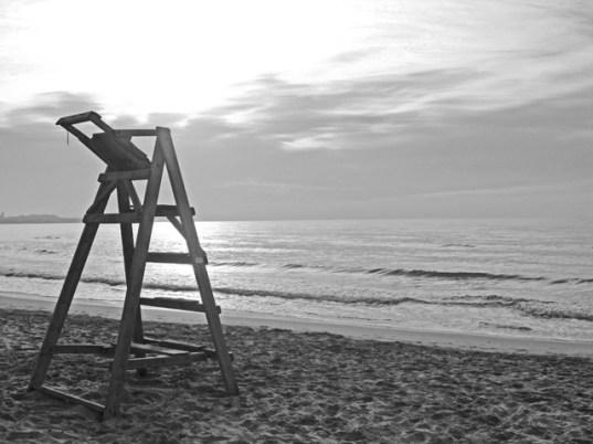 Silla madera socorrista orilla playa Postiguet blanco y negro