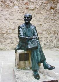 Escultura Federico Muelas sentado Cuenca