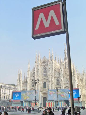 Señal parada metro Duomo Milán Plaza Duomo