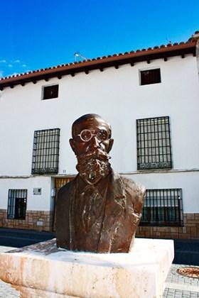 Escultura busto hombre gafas centro histórico Uclés Cuenca