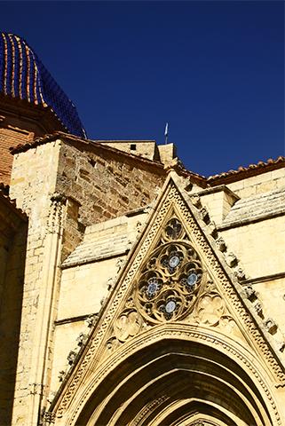 Decoración frontón entrada gótica iglesia Morella Castellón