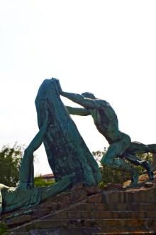 Escultura hombre enfrentándose mar puerto Getxo Bizkaia