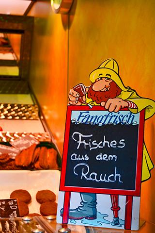 Cartel marinero oferta pescado Fischmarkt Hamburgo