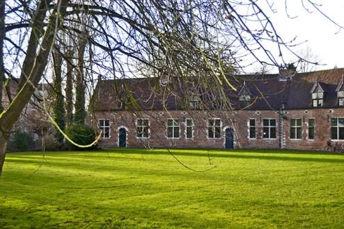 Patio césped casas tradicionales Begijnhof Lovaina