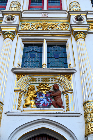 Escudo dorado osos puerta Brujas