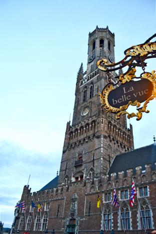 Cartel La belle vue Torre campanario Brujas