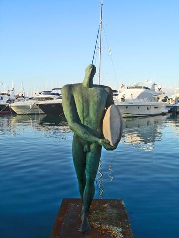 Escultura ícaro surfista puerto Alicante