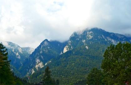 Panorámica montañas y parque natural alrededor Castillo Peles Sinaia