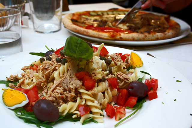 Ensalada pasta pizza tradicional leña Piazza dei Signori Verona