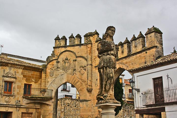 Escultura restos muralla entradas Plaza del Popolo Baeza