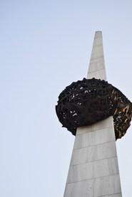 Obelisco decoración Plaza Revolución Bucarest