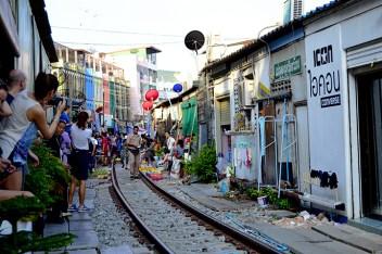 Turistas esperando vías tren Mercado Mae Klong Tailandia