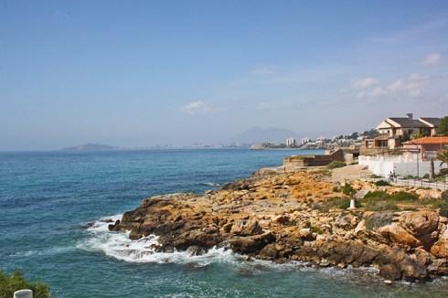 Isla Plana calma observando al Puerto de Mazarron
