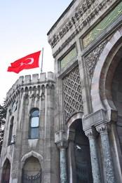 Bandera Turquía fachada Universidad Estambul