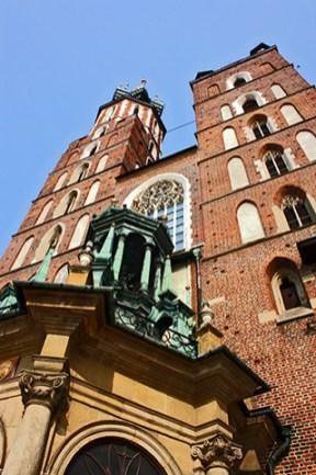 Visión contrapicado torres Basílica Santa María Cracovia