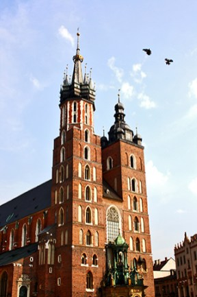 Fachada principal Basílica Santa María pájaros centro histórico Cracovia