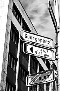 Cruce señales calles Hannover blanco y negro