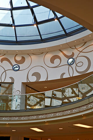Decoración interior escaleras motivos florales centro comercial Oldenburg Alemania