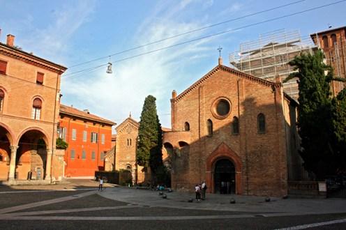 Plaza fachada Abadía Santo Stefano Bolonia