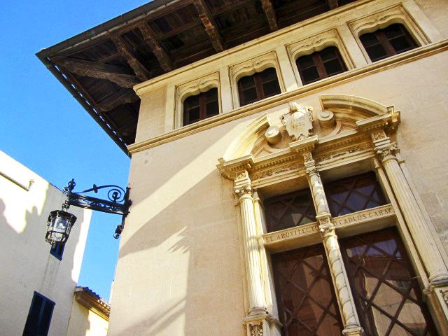 Ventanas fachada modernista adornos ayuntamiento Alcudia Mallorca