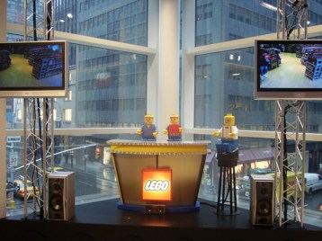"Lego set telediario noticias Toys ""R"" Us Times Square Nueva York"
