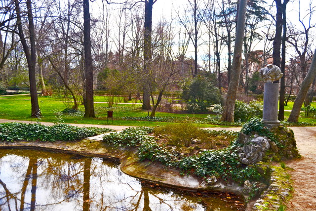 Lago Alameda de Osuna Parque de El Capricho esculturas Madrid