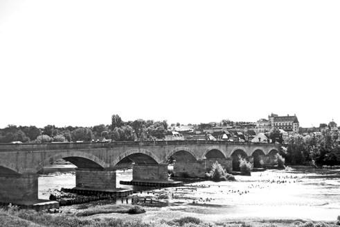 Puente medieval río Loira castillo Amboise blanco y negro