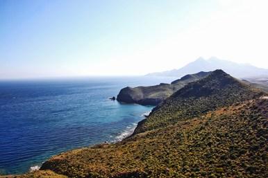La Playa de los Muertos yace siempre vigilada por el Mirador de la Amatista