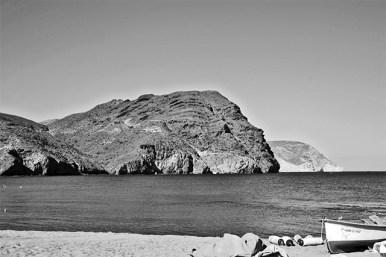 La mole imponente del Cerro Negro nos da la bienvenida a la Playa de Las Negras