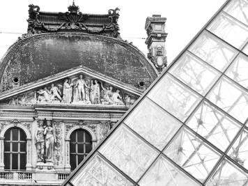 Detalle pirámide cristal Pei Leohv Ming fachada Museo Louvre esculturas friso París blanco y negro