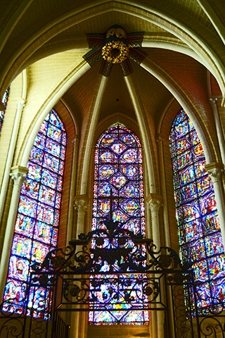 Vidrieras colores interior catedral gótica Chartres Francia