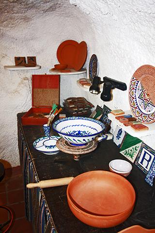 Decoración cocina interior cueva Sacromonte Granada
