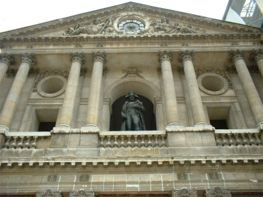 Estatua Napoleón Bonaparte fachada friso Hotel Los Inválidos París