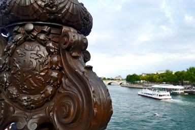 Detalle relieve puente Alexandre III río Sena barco París