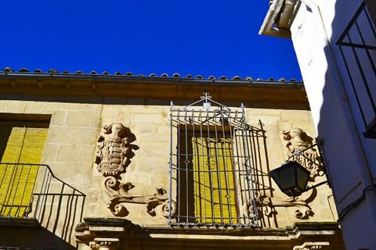 Fachada escudos heráldicos armaduras medievales Úbeda Jaén