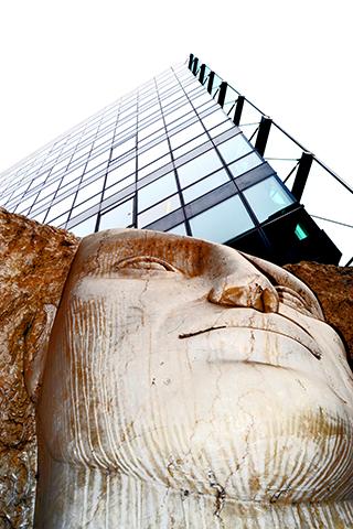 Contrapicado obra arte escultura Les Quatre Tetes Emily Young La Défense París