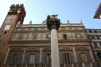 Columna león veneciano edificio Renacimiento Piazza Erbe Verona