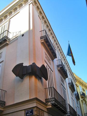 Figura murciélago esquina fachada edificio calle Miracle Valencia