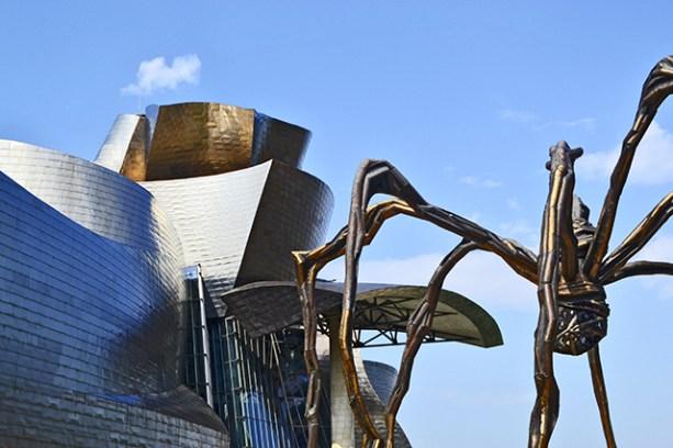Louise Bourgeois Guggenheim Museoa konkistatzeko prest by Maman