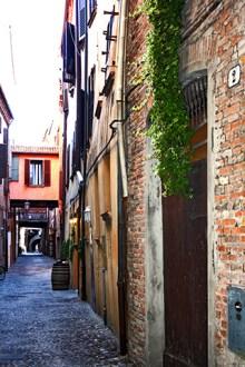 Calle medieval comercial Ferrara Italia