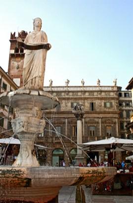 Escultura Madonna fuente Piazza Erbe Verona