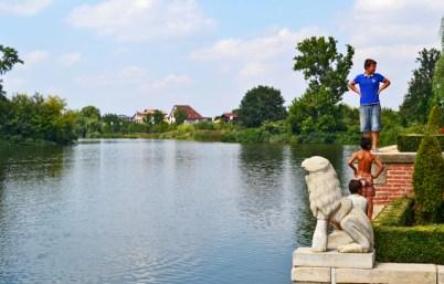 Niños bañando lago Monasterio Mogosoaia Rumanía