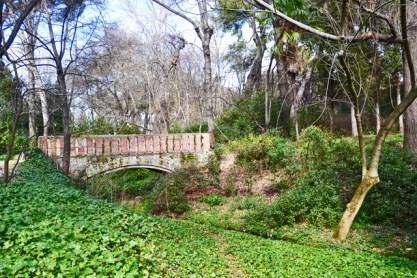 Puente piedra vegetación Parque El Capricho Alameda de Osuna Madrid